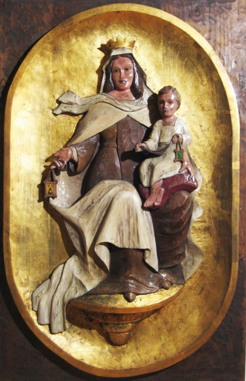 Virgen del Carmen tallada en madera de castaño y pintada con la técnica de policromía y con pan de oro